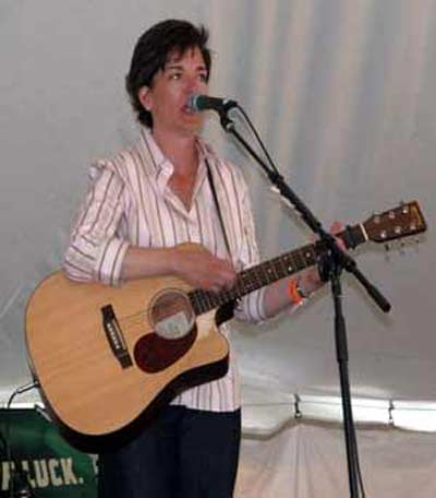 Lisa Spicer performing